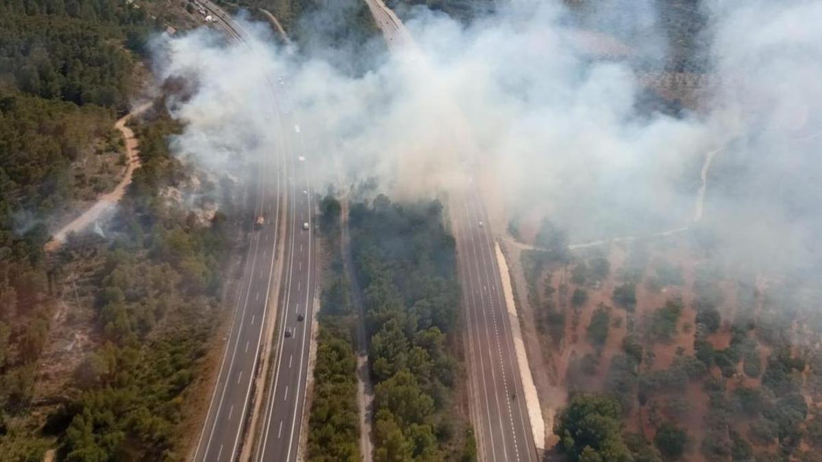 Imagen aérea del incendio que ha afectado a la AP-7 y la N-340
