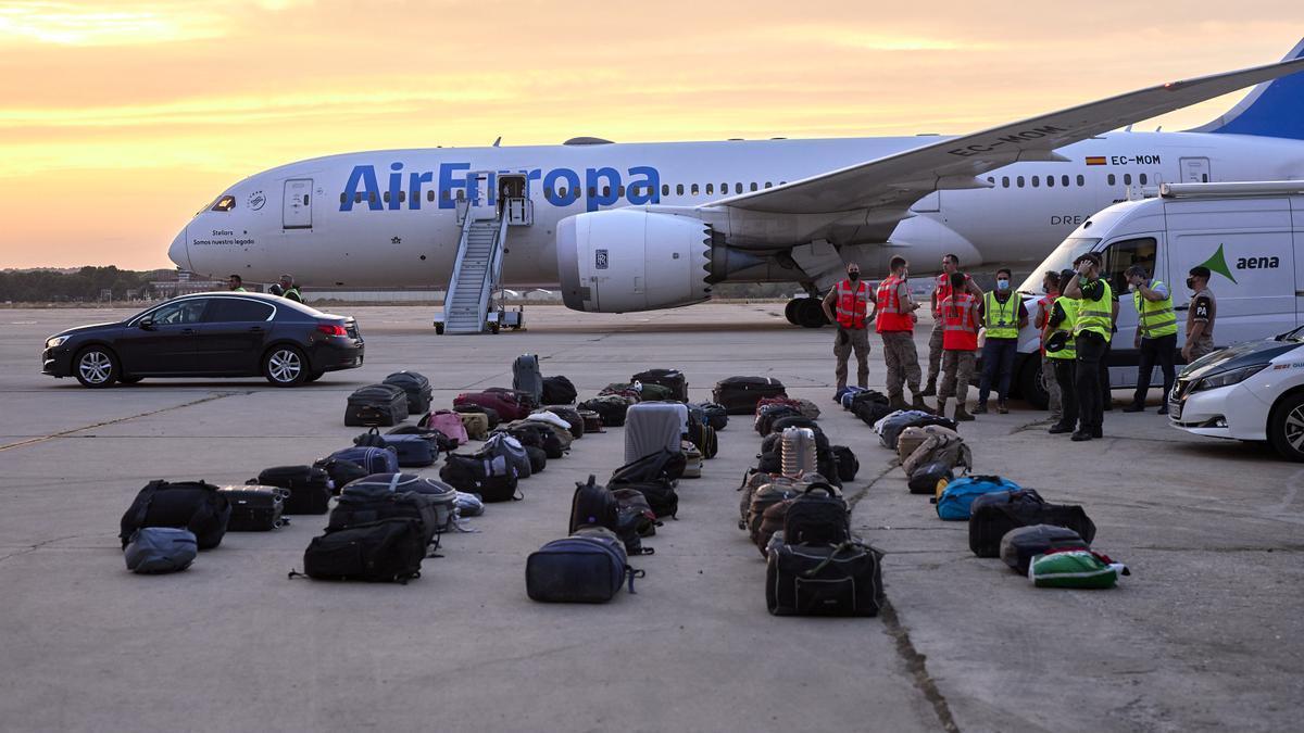 Equipajes de refugiados afganos en la base aérea de Torrejón de Ardoz