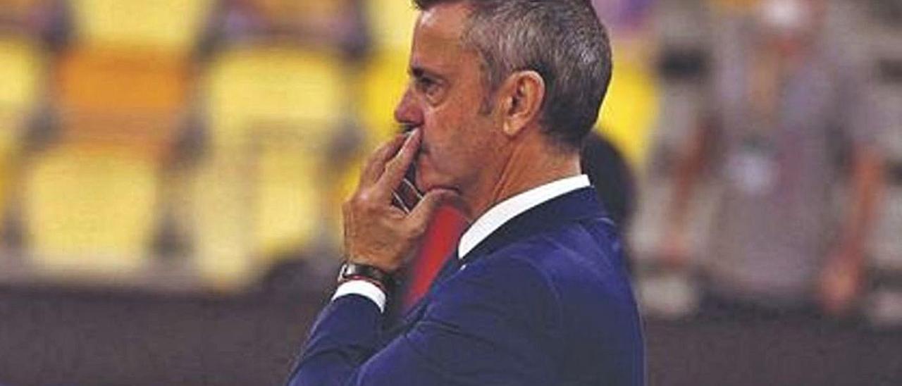 Porfirio Fisac, entrenador del CB Gran Canaria, se muestra pensativo durante un partido de la Liga Endesa. | | LP/DLP