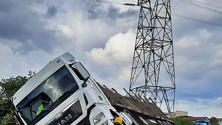 Un camión maderero se sale de la vía y pierde parte de su carga en Espíritu Santo