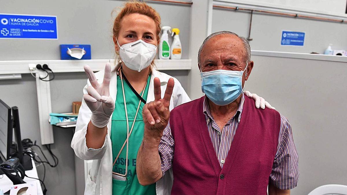 Un hombre y una enfermera hacen el signo de la victoria tras recibir él una dosis de la vacuna frente al COVID, el pasado miércoles, en el recinto ferial de Expocoruña.