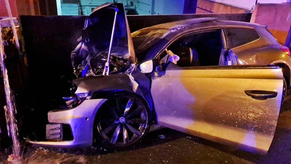 El vehículo accidentado, tras el impacto. |   // POLICÍA LOCAL DE CULLEREDO