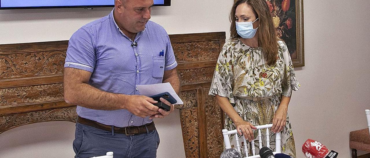 El presidente del Cabildo de Fuerteventura, Sergio Lloret, junto a Sandra Domínguez, en un acto político.     FUSELLI