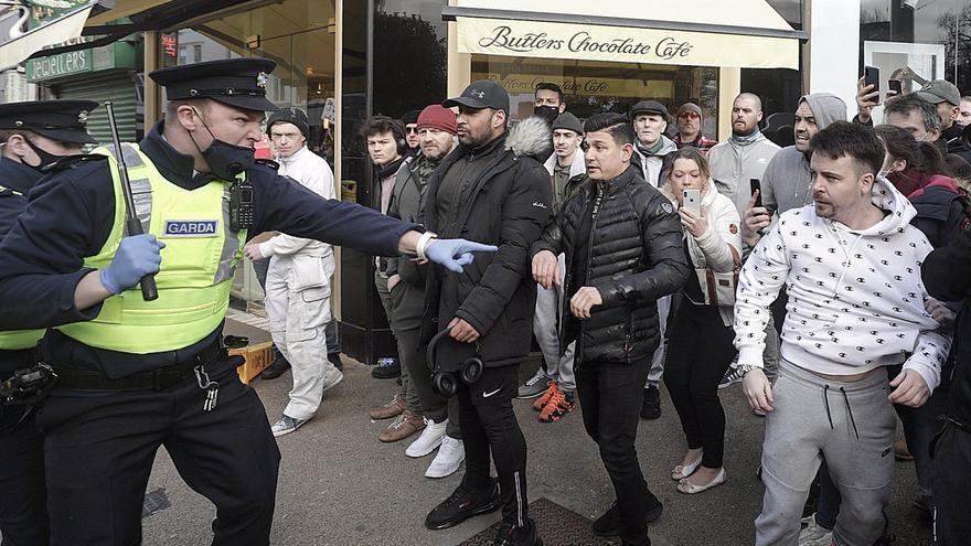 Al menos 20 detenidos en protestas violentas contra el confinamiento en Dublín