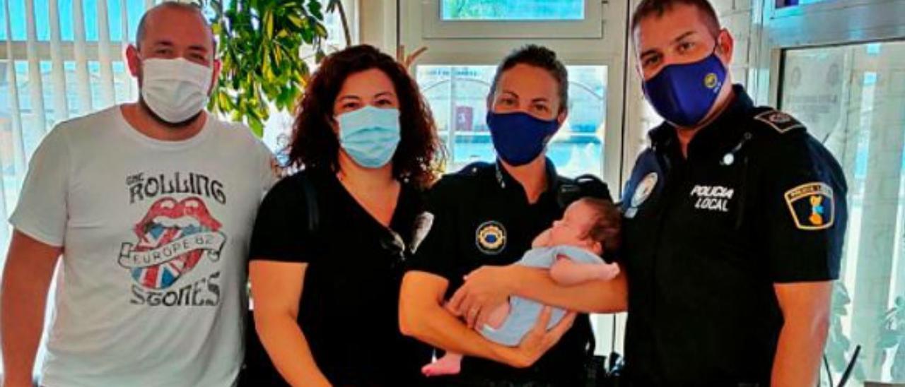 La familia del pequeño junto a dos de los policías.   LEVANTE-EMV
