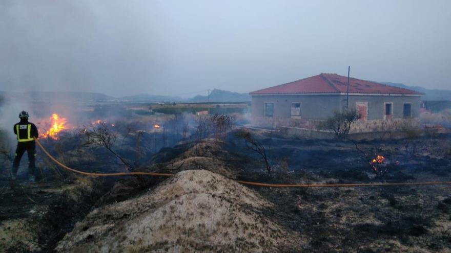 Los bomberos de Cieza extinguen un incendio intencionado en 'Las Ramblas'