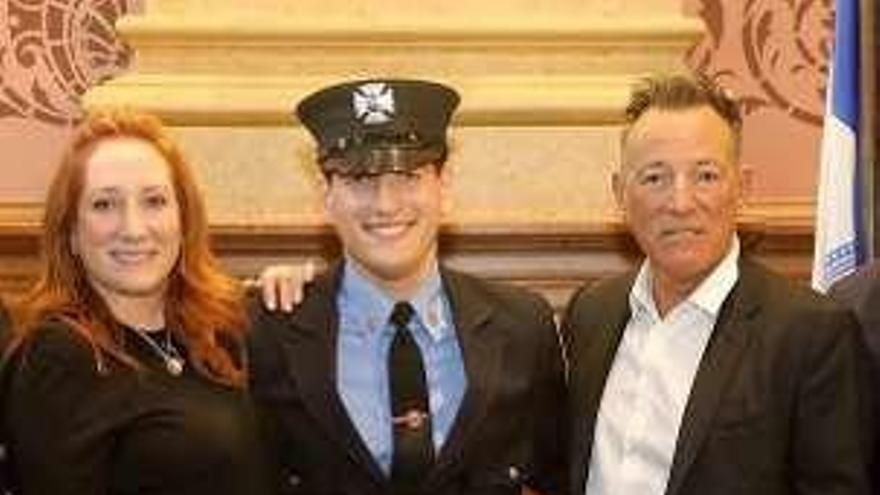 Springsteen, orgulloso padre de un nuevo bombero en Nueva Jersey