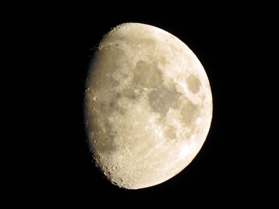 Lluna creixent fotografiada a Sant Llorenç de Morunys.