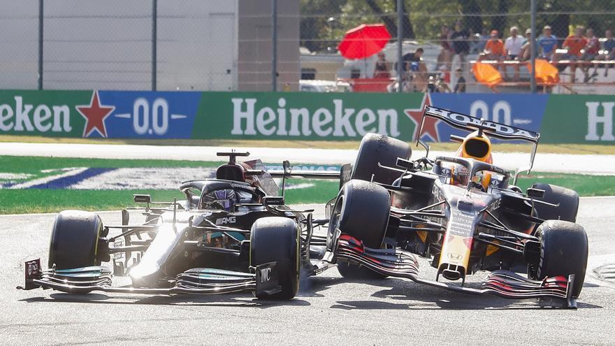 Hamilton y Verstappen la lían en Monza y McLaren se lleva el botín