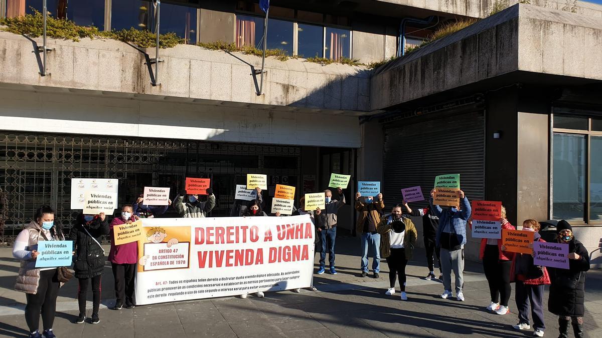 Foto de archivo de una protesta ante el Concello de las familias que iban a ser desalojadas.