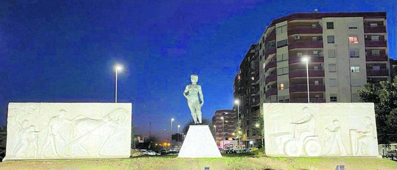 La escultura de «El Labrador» de Paco Prima está situada en la rotonda de la entrada principal a Silla y cuenta con iluminación.   A. S.