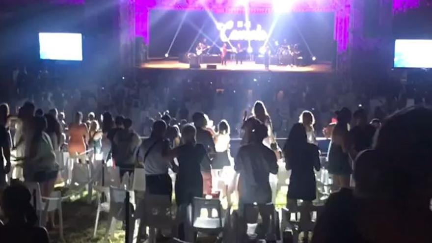 Abrazos y bailes sin distancia: así terminó el concierto de Camela en Benidorm