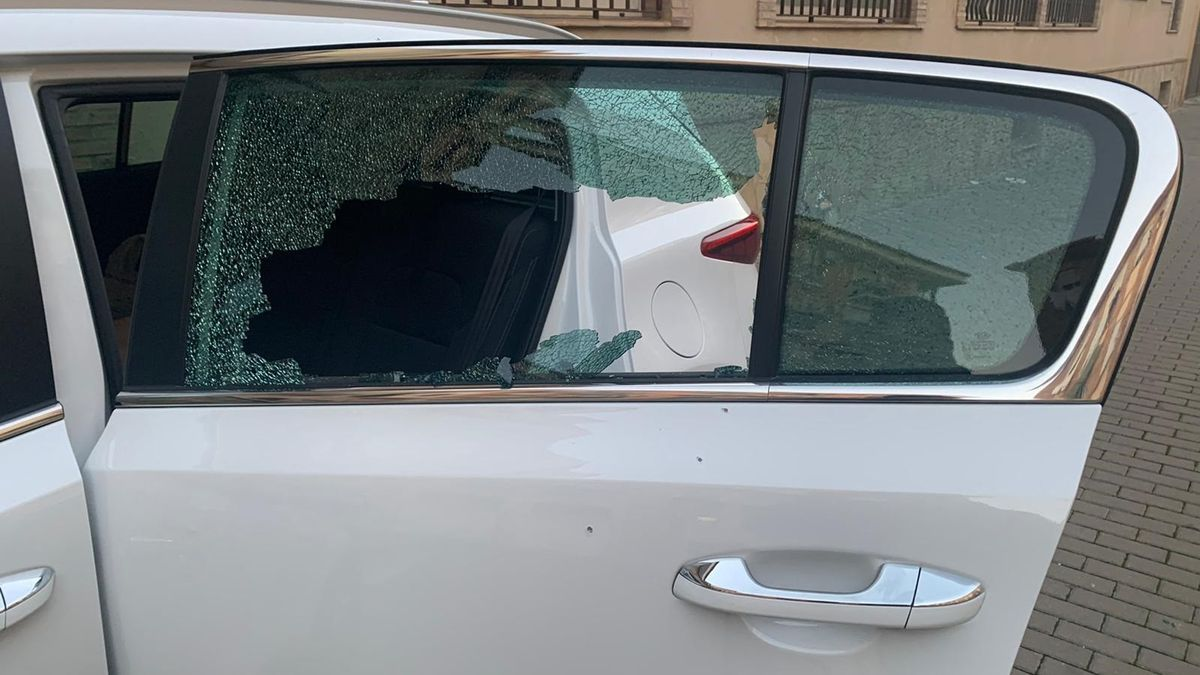 Denuncian numerosos impactos de perdigones en un vehículo estacionado en L'Eliana
