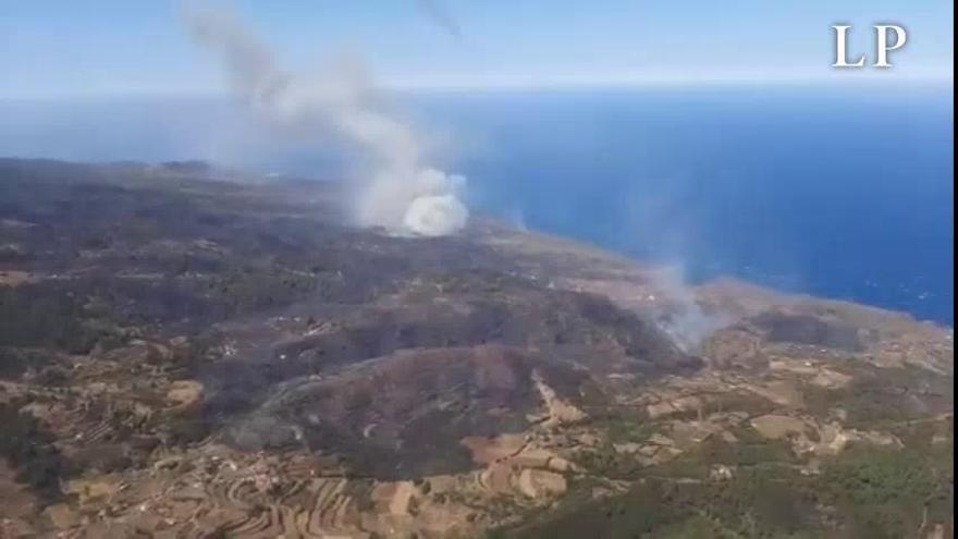 Los medios aéreos realizan descargas sobre los puntos calientes de Garafía