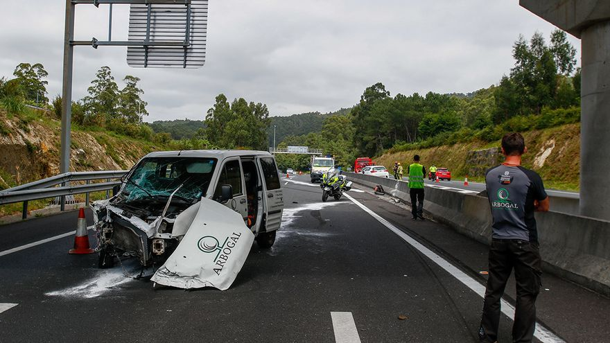Un aparatoso accidente en Meaño con tres vehículos implicados deja dos heridos leves