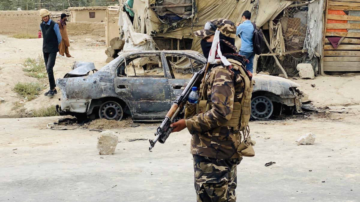 Un combatiente talibán, ante la zona en la que se produjo el bombardeo.