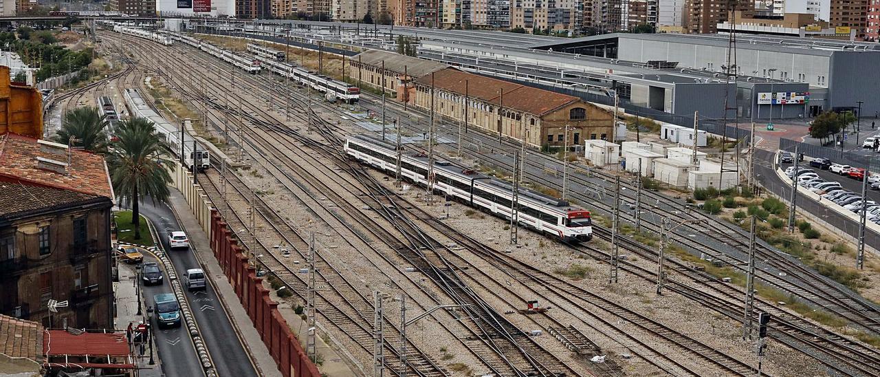Las vías del tren desde la Estación del Norte con la estación provisional del AVE a la derecha y el puente de Giorgeta al fondo. | M.A.MONTESINOS