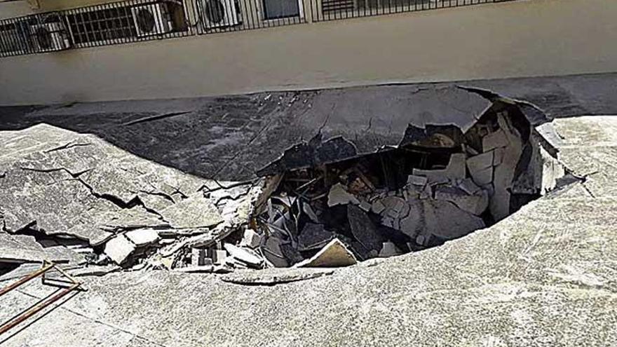 Operarios trabajan en el interior del supermercado derrumbado en Palma