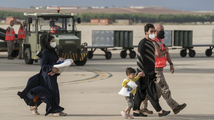 Llegan a Valladolid los primeros refugiados afganos, tres familias de seis adultos y 14 menores