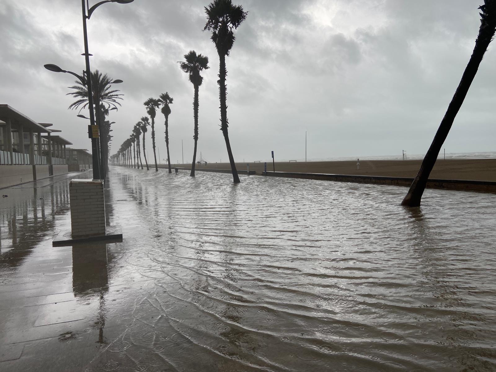 El paseo de la Patacona, inundado