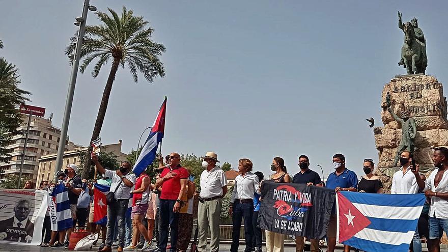 Unos 200 cubanos piden democracia en Palma