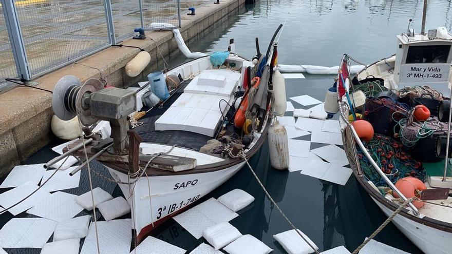 Controlado un vertido de productos químicos en el puerto de Sant Antoni