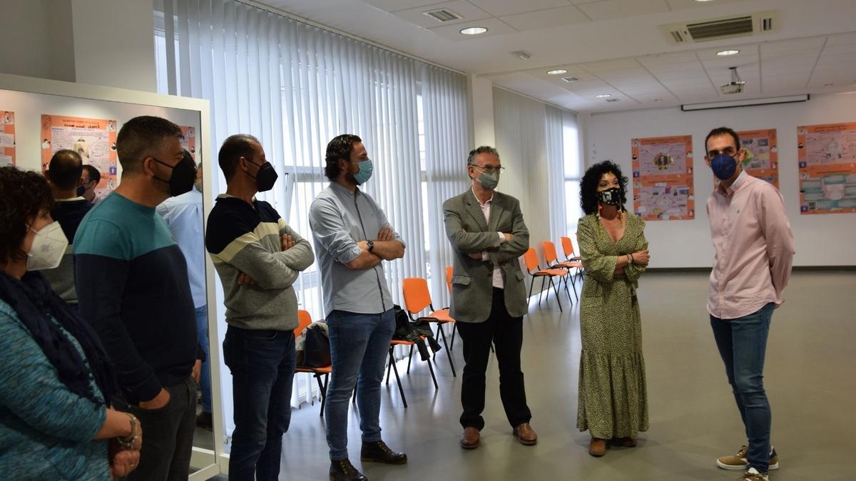 El alcalde de Don Benito, la directora general y otros invitados, visitando la exposición.
