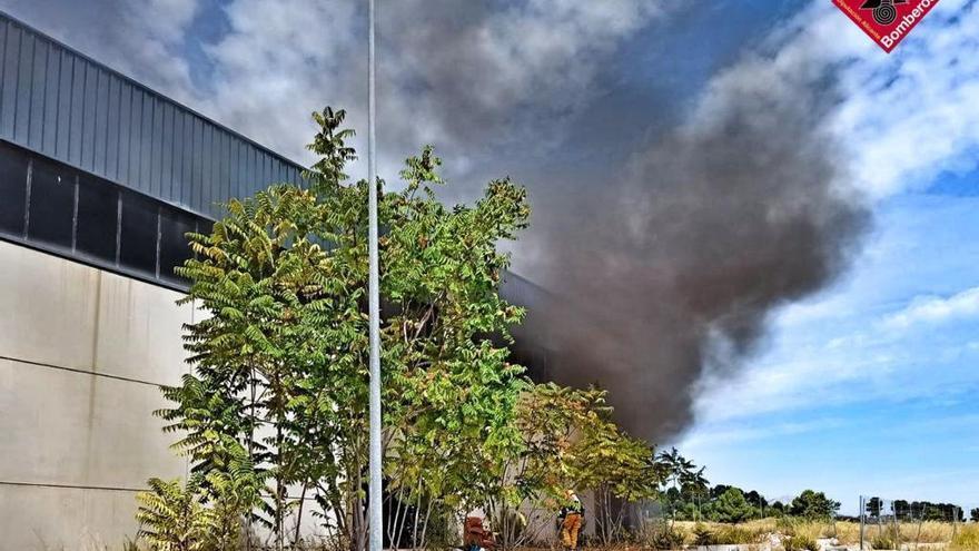 Los bomberos extinguen un incendio en dos naves abandonadas de Cocentaina