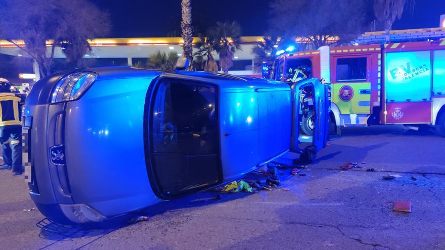 Una furgoneta vuelca en un aparatoso accidente en València