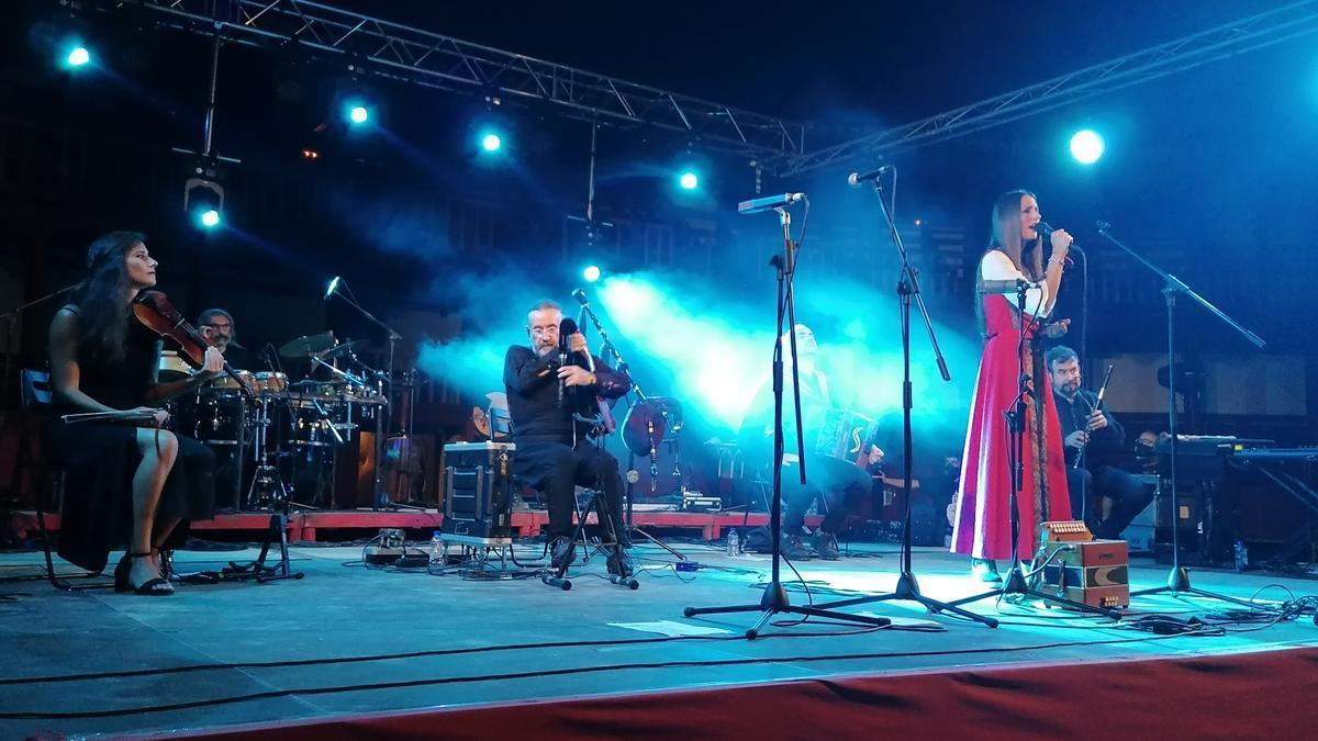 Los músicos de Luar Na Lubre interpretan una de las canciones del repertorio