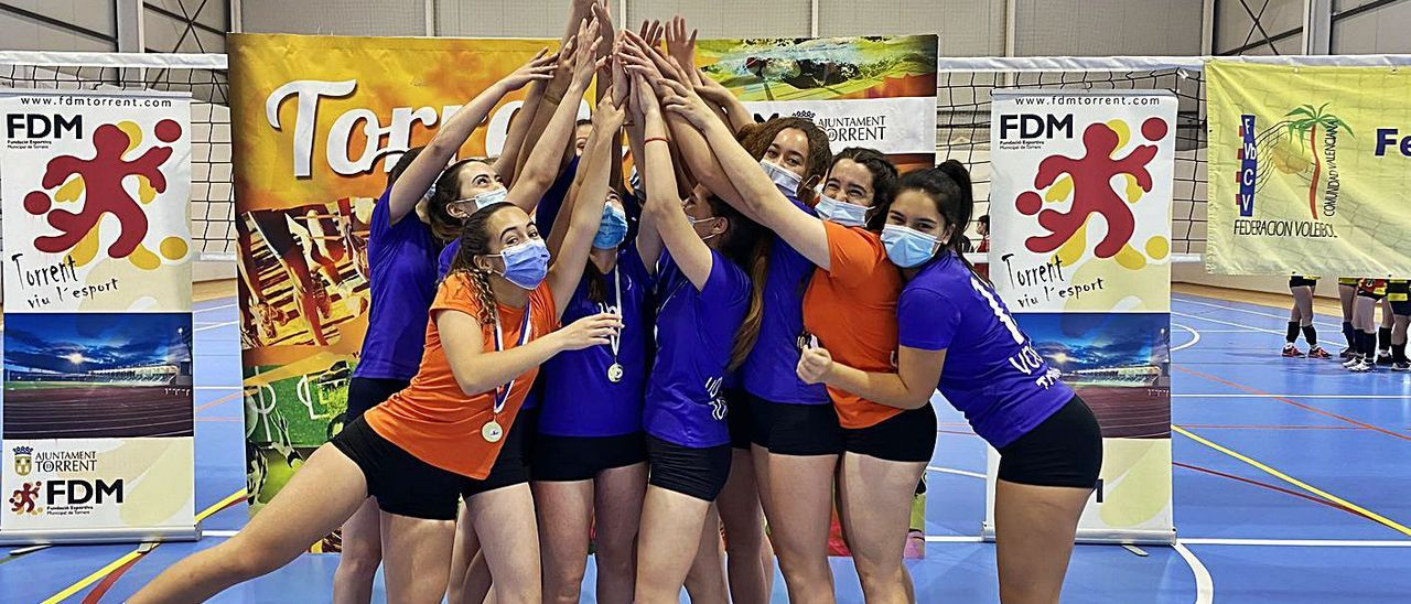 Las chicas del Torrent celebran el ascenso con la copa de campeonas.   A.T.