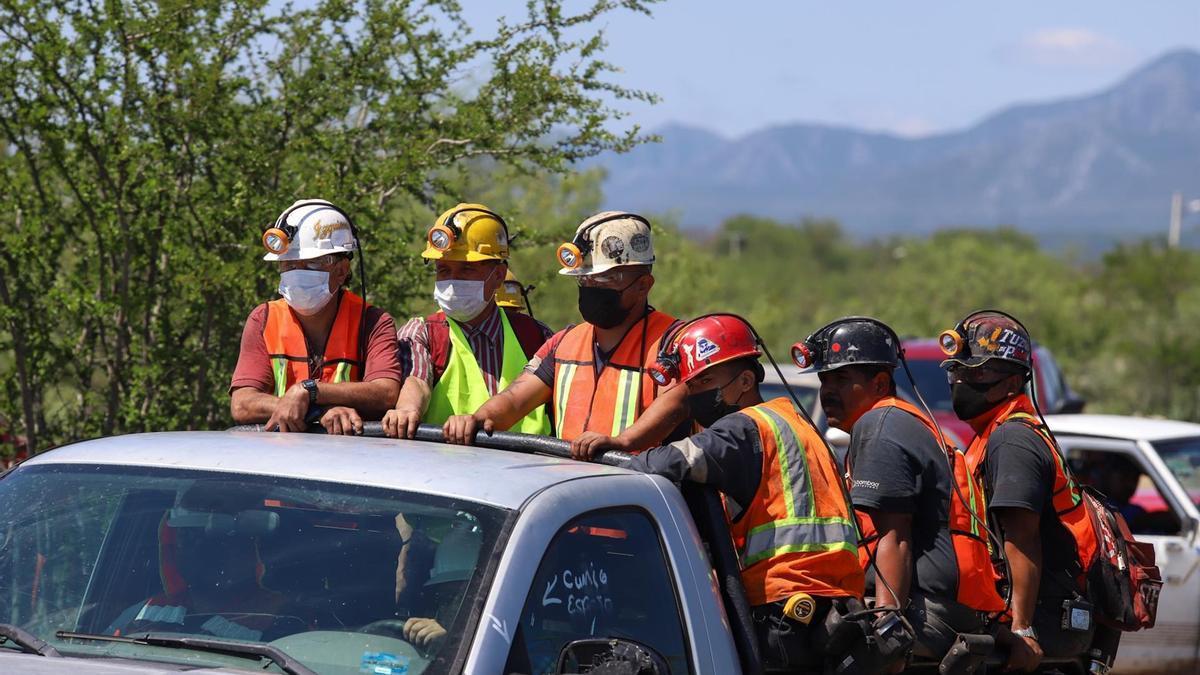 Equipos de rescate cerca de la mina de carbón de Múzquiz, en Coahuila, México, en la que quedaron atrapados siete mineros tras una inundación.