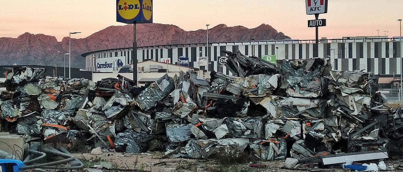 La chatarra de la estación  de peaje demolida el pasado mes de marzo.  levante-emv