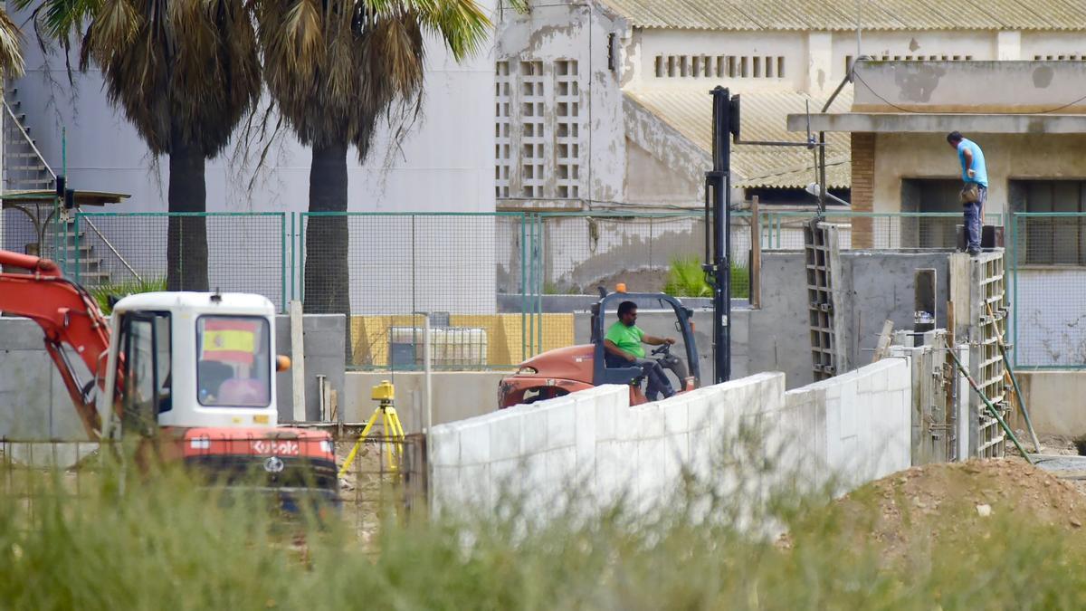 Obreros levantan el nuevo CATE en Cartagena