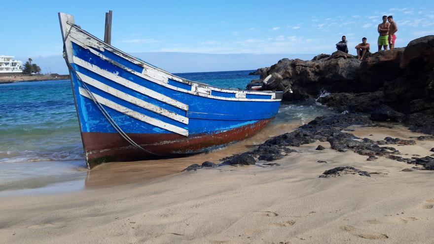 Así ha sido la llegada de una patera con 38 migrantes a una playa de Lanzarote, 5 de ellos en estado grave