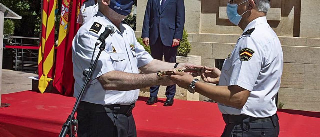 Martínez recibe el Bastón de Mando de Xàtiva, ayer | PERALES IBORRA