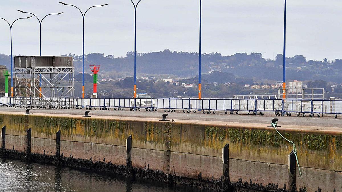 Vallas móviles instaladas en el muelle de Trasatlánticos en previsión de su apertura el sábado.   | // VÍCTOR ECHAVE