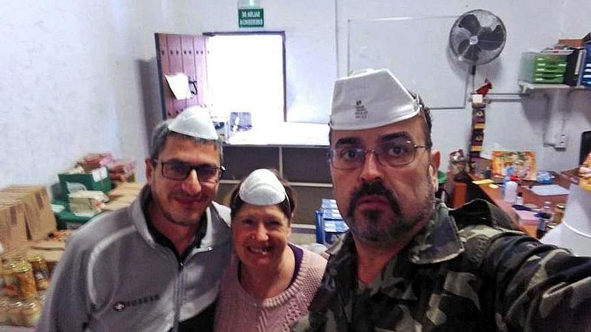 Curro López y dos voluntarios de Lagunillas, durante el reparto de alimentos en marzo de 2020, en pleno confinamiento.