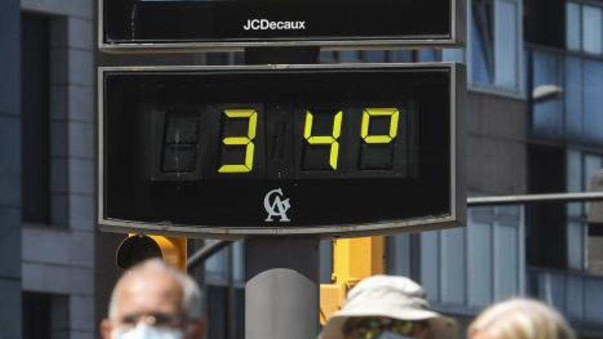 El calor aprieta en el Principado: temperaturas por encima de los 30 grados y San Lorenzo y La Ñora al borde del lleno