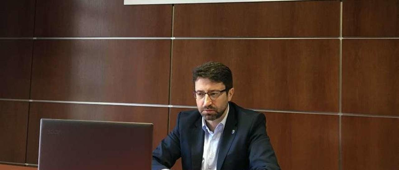 El consejero de Industria, el viernes, durante la reunión telemática que mantuvo con los presidentes de las tres cámaras de comercio asturianas.