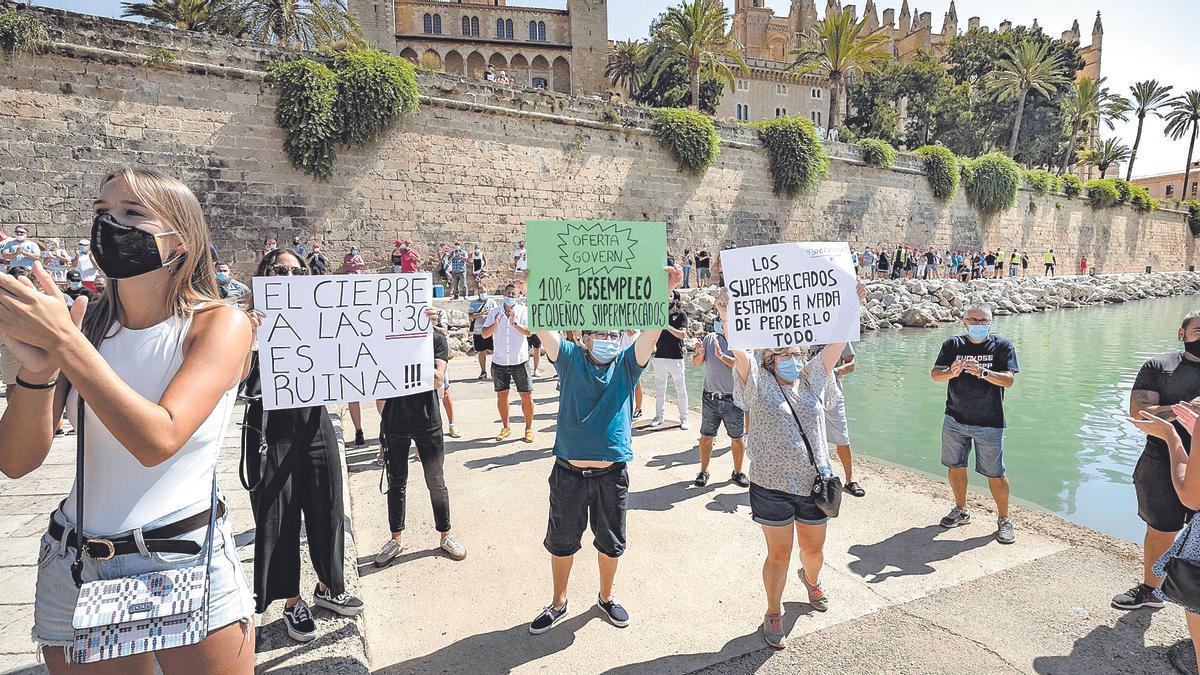 Protestas de empresarios de sectores afectados por las restricciones por el coronavirus en Palma.