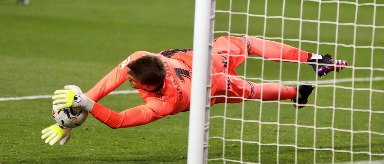 Iván Villar frenó ayer una racha de cinco años sin parar ningún penalti en Liga