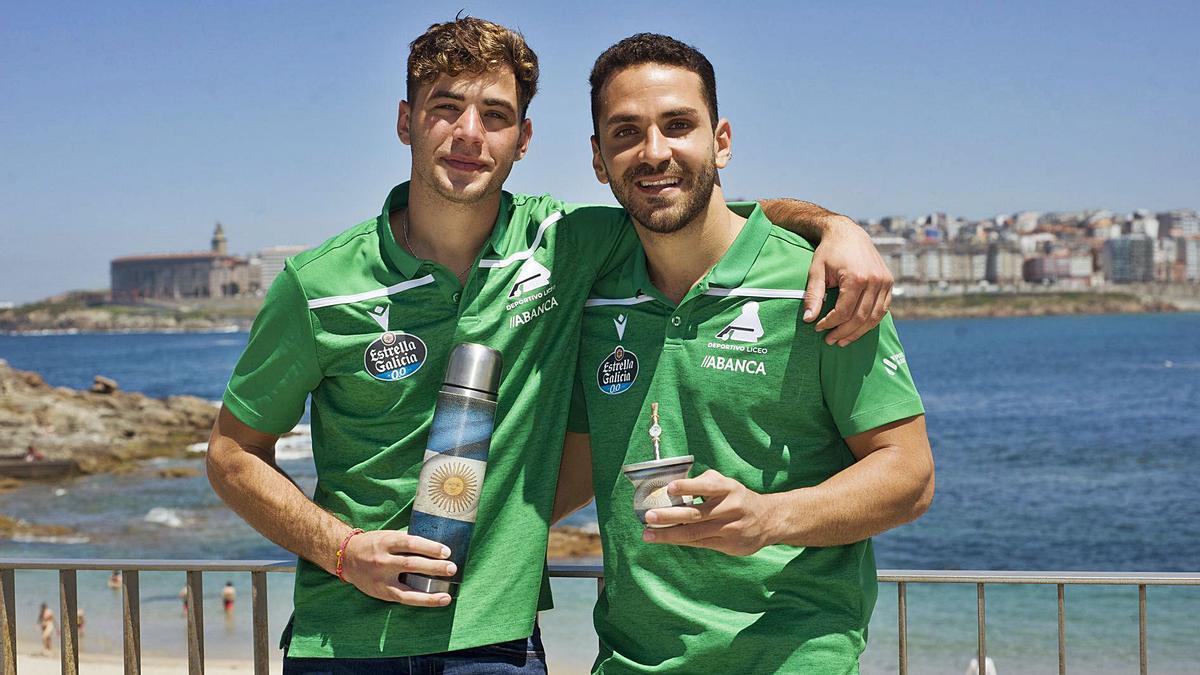 Fabrizio Ciocale y Franco Platero, brindan con mate con la bahía de A Coruña de fondo.    // CASTELEIRO/ROLLER AGENCIA