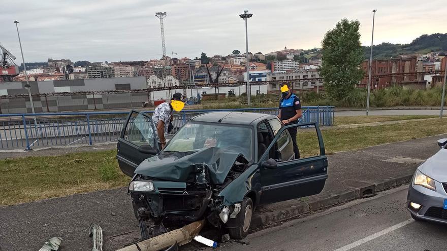 Dos conductores pierden el control de sus coches y chocan contra farolas en Avilés