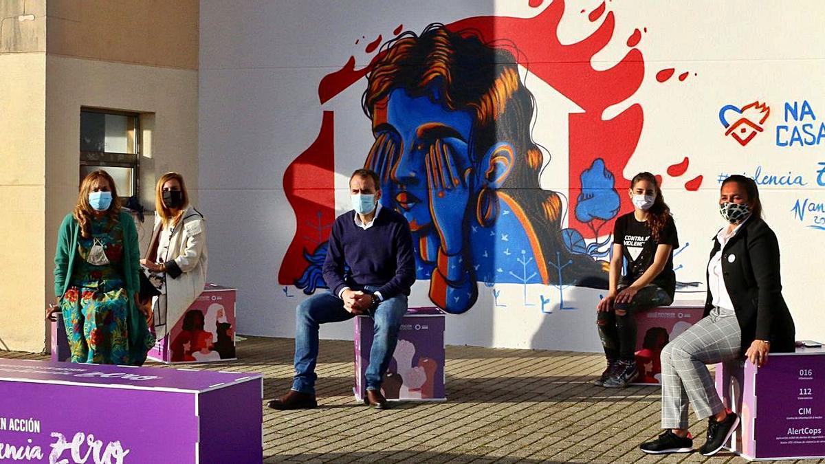 El alcalde, Enrique Cabaleiro, y la presidenta de la Diputación, Carmela Silva, frente al mural.     // D.P.