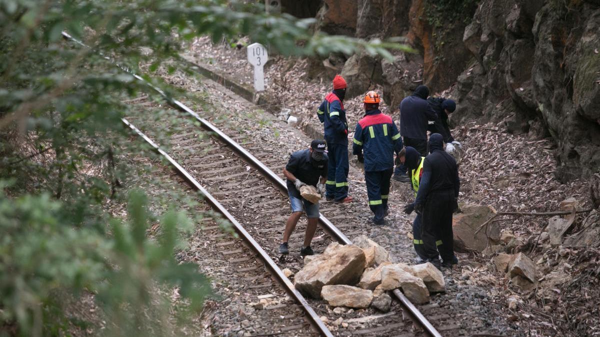 Manifestantes cortan con piedras la vía del tren que da acceso a la factoría de Alcoa San Cibrao. // Carlos Castro
