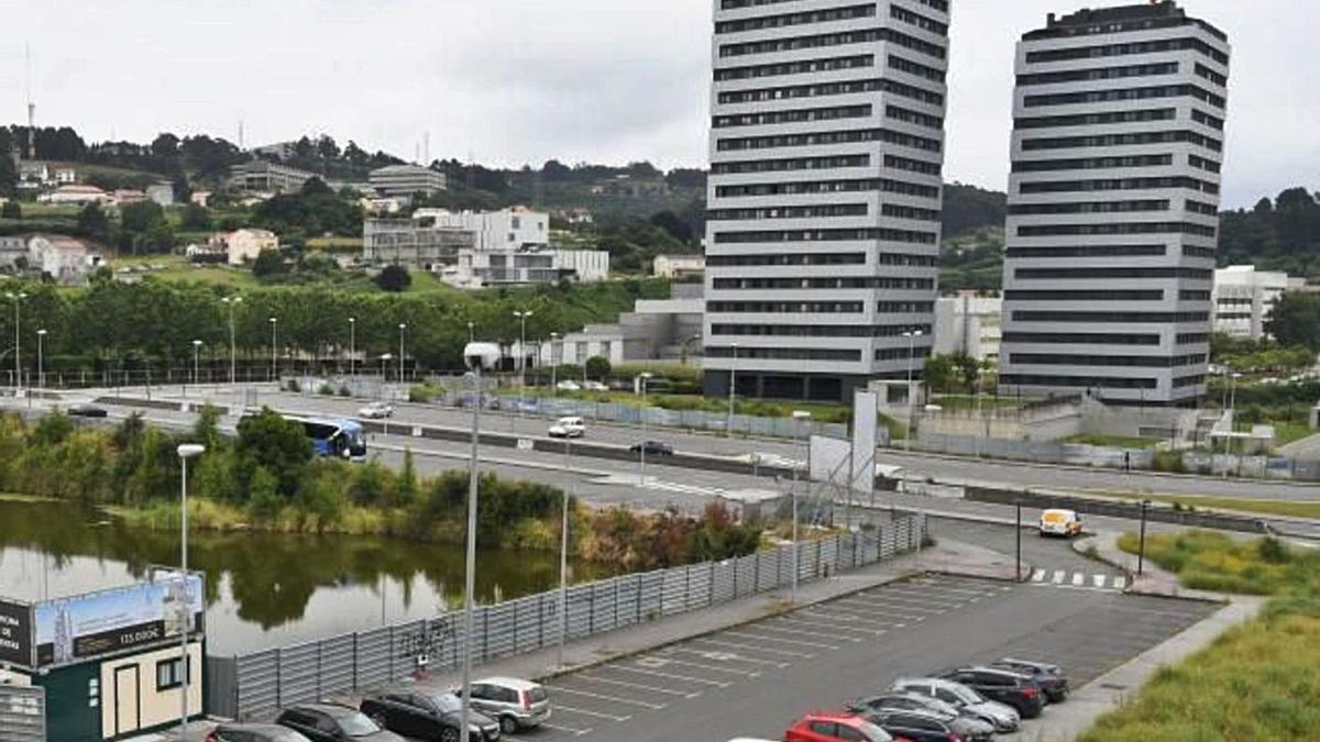 A la izquierda e inundada, una de las fincas de Someso que fueron vendidas irregularmente por el Concello en 2004, y en el centro, torre que fue levantada sobre otra de ellas. |   // CARLOS PARDELLAS