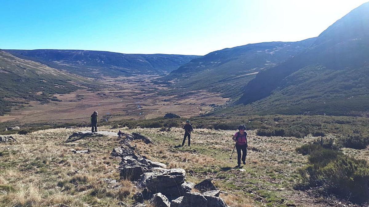 Algunos excursionistas participantes en la ruta del domingo hasta la cumbre de Peña Trevinca. | A. C.