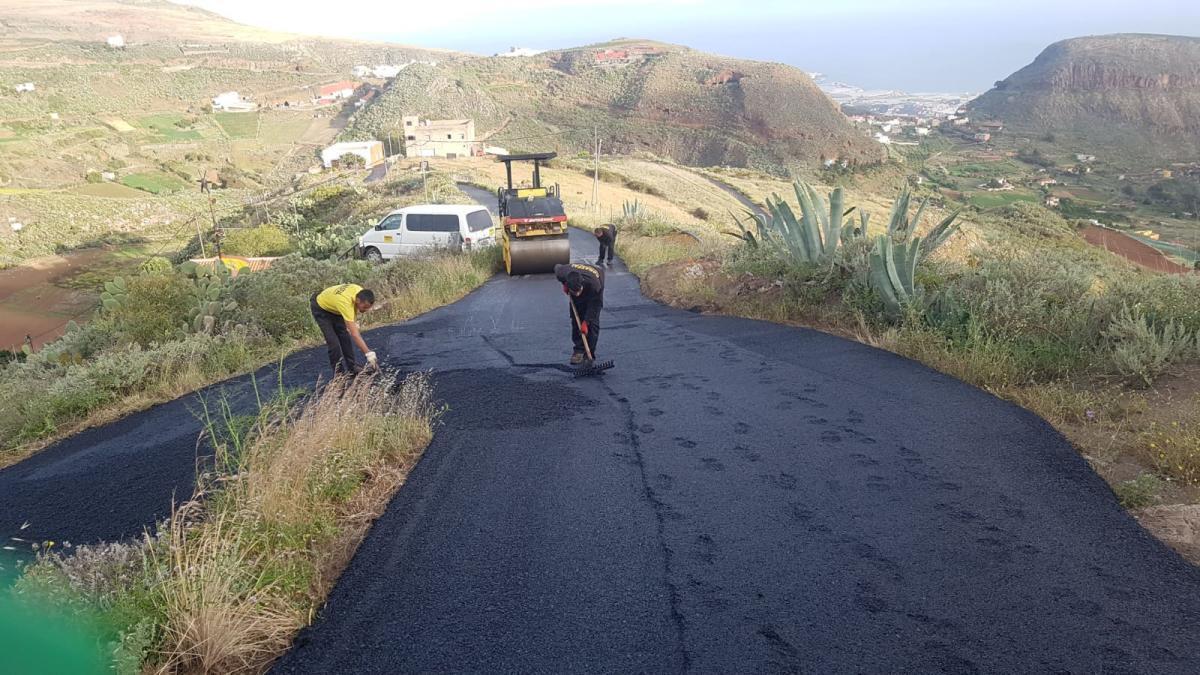 El Ayuntamiento de Santa María de Guía culmina hoy  el reasfaltado de la carretera de acceso al diseminado de Alguacilejo