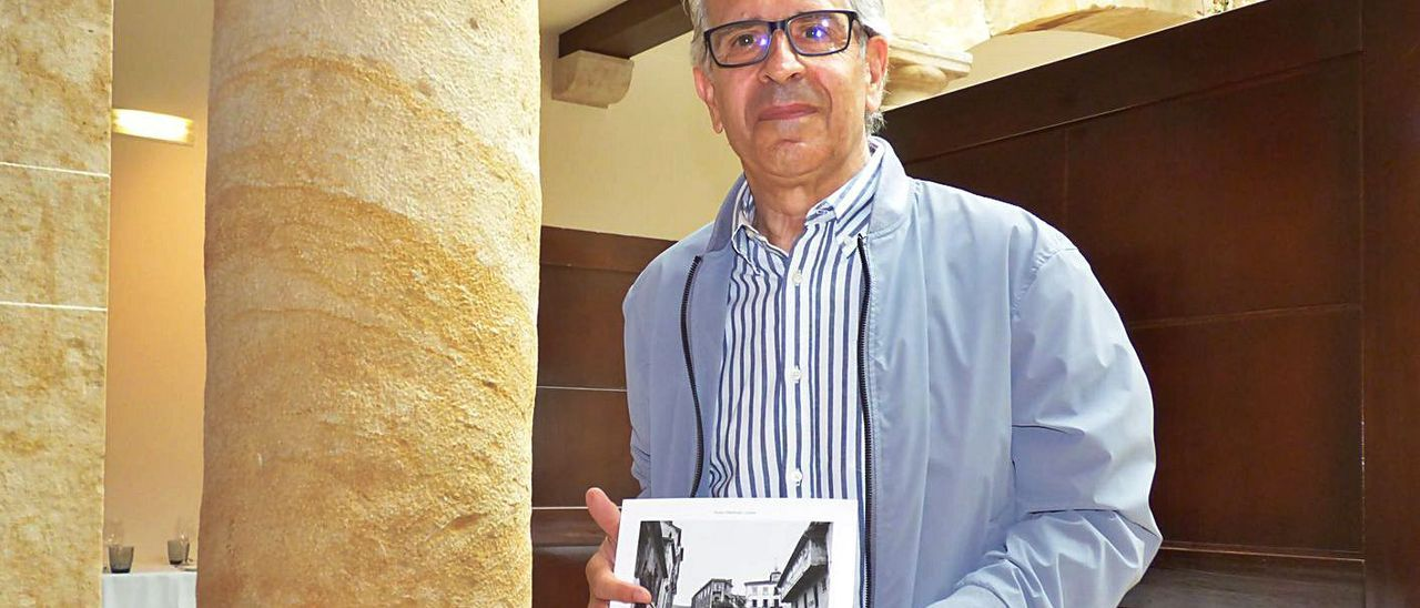 Aurelio Menéndez, con su libro de fotografías.   D. Á.